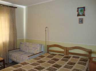 Отдельный домик на два 3-х местных номера с удобствами.