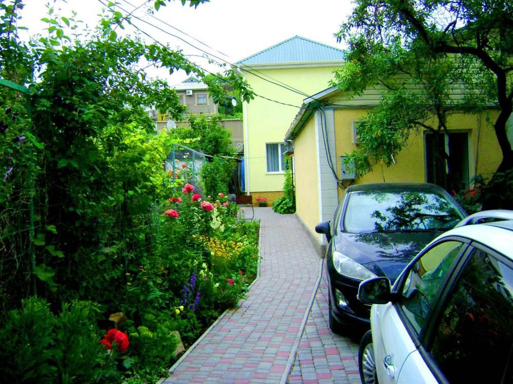 Дом возле моря рядом с кипарисовой аллеей