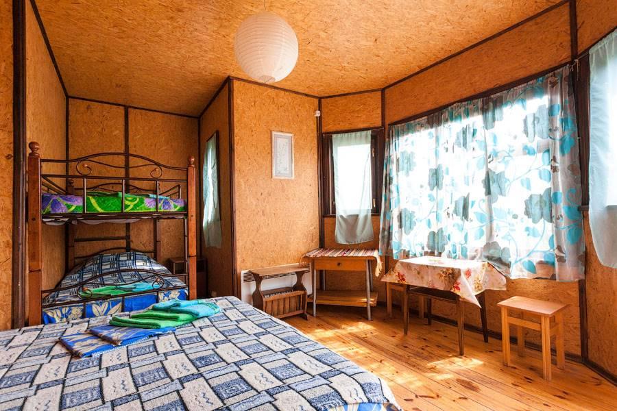 Номер(Синий) на первом этаже с двухспальной кроватью и двухъярусной кроватью