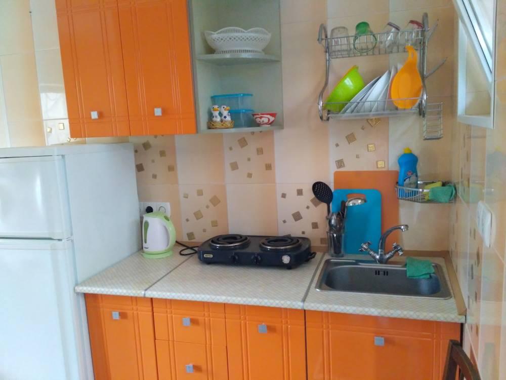 Трехместный номер с оранжевой кухней