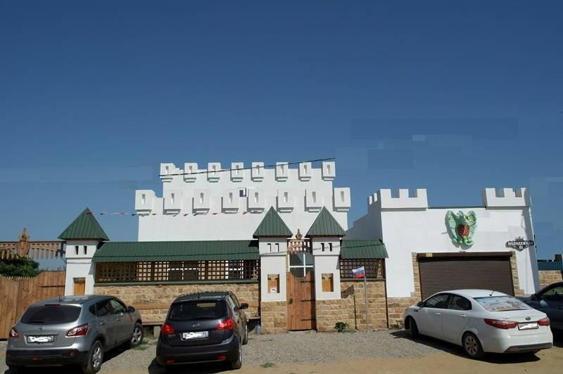 Семейный клуб Замок гостевой дом в Кучугурах