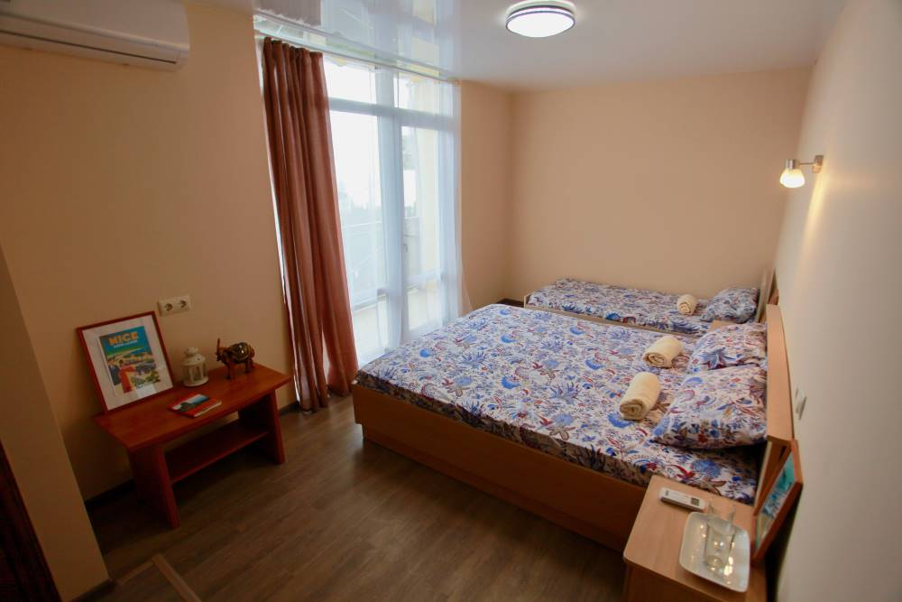 Трехместный номер с удобствами и балконом