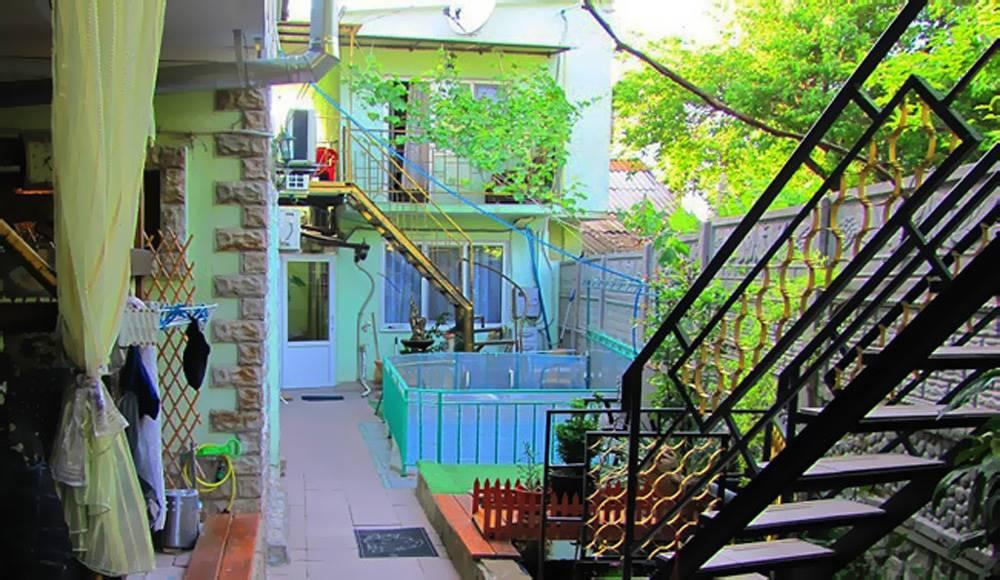 Гостевой дом с двухкомнатными номерами во дворе детский басейн.
