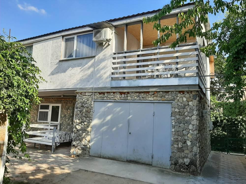 Двухэтажный домик с террасой у самого Черного моря