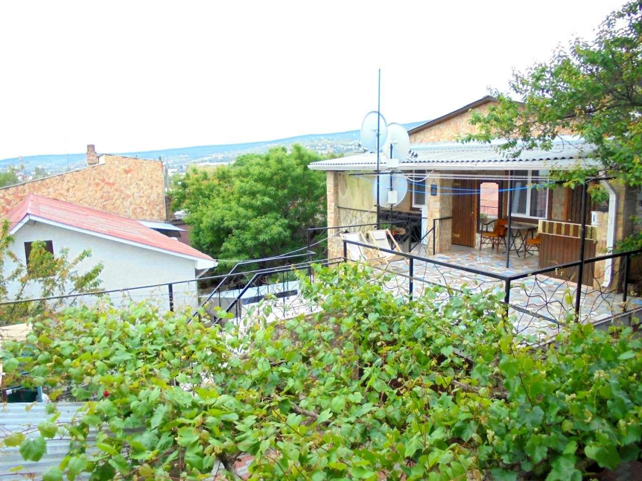 Двухкомнатный домик с террасой на 3-7 человек.