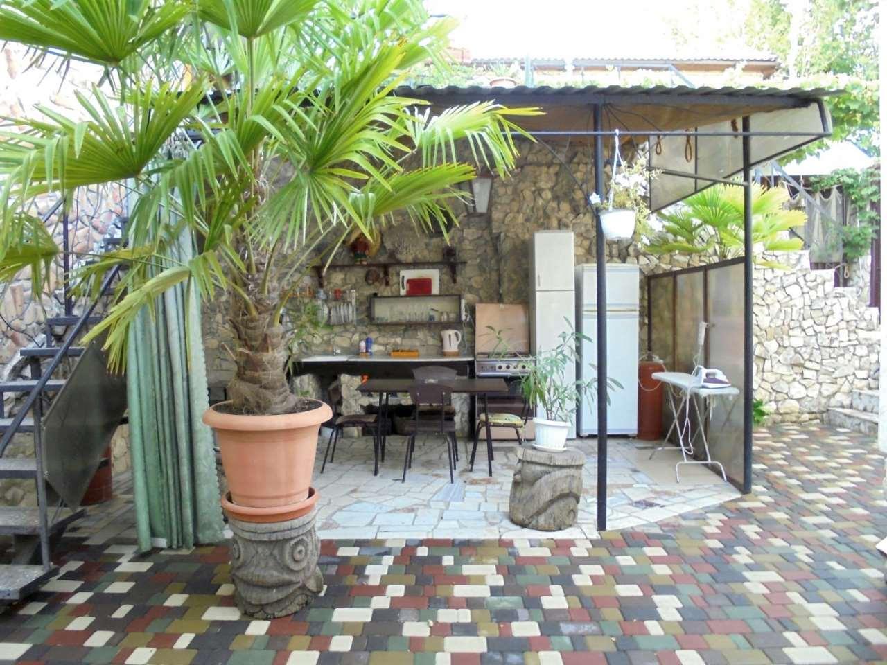 Двухкомнатный домик с кухней-беседкой на 3-5 человек.